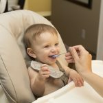 Småbørn sidder perfekt i en Nomi højstol